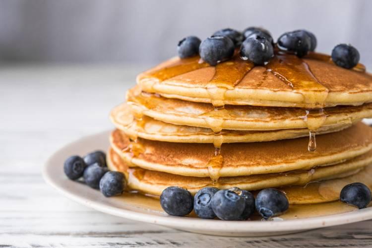 Pancakes proteicos con crema de cacahuete